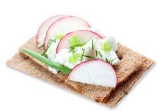 Pane croccante con formaggio e gli ortaggi freschi Fotografie Stock