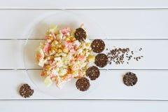 Pane croccante ed insalata del lino con il rosa e l'ananas in un piatto trasparente Cibo sano fotografia stock