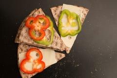 Pane croccante svedese con le fette del pepe e del formaggio Immagini Stock Libere da Diritti