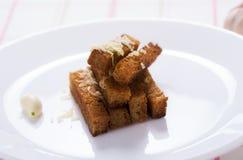 Pane dei crostini dell'aglio con formaggio grattugiato Immagine Stock