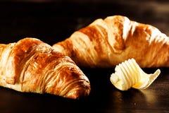 Pane del croissant e del burro sopra una Tabella fotografie stock libere da diritti