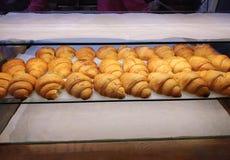 pane del croissant sulla linea del buffet al negozio del forno fotografie stock