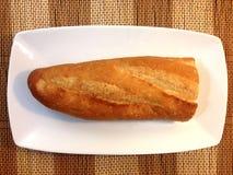 Pane del forno delle baguette su una Tabella di legno Immagine Stock
