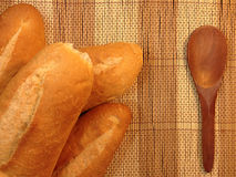 Pane del forno delle baguette su una Tabella di legno Immagini Stock