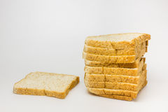 Pane del grano intero su priorità bassa bianca Immagini Stock Libere da Diritti