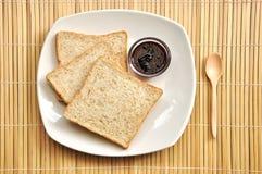 Pane del grano intero sul programma di bambù Fotografia Stock Libera da Diritti