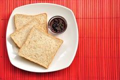 Pane del grano intero sul programma di bambù Immagine Stock Libera da Diritti