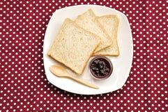 Pane del grano intero sulla priorità bassa rossa del puntino di Polka Fotografie Stock Libere da Diritti