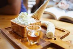Pane del miele con lo sciroppo del caramello e la crema fresca Gelato e divieto fotografia stock libera da diritti