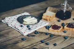 Pane del pane tostato con l'inceppamento di fragola di bosco Fotografie Stock