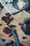 Pane del pane tostato con l'inceppamento di fragola di bosco immagini stock