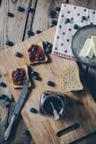 Pane del pane tostato con l'inceppamento di fragola di bosco Fotografia Stock Libera da Diritti