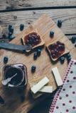 Pane del pane tostato con l'inceppamento di fragola di bosco fotografia stock