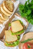 Pane del prosciutto con insalata ed il pomodoro di verdure su una tavola e su una carta immagini stock