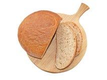Pane del taglio con crusca sul bordo della cucina della quercia Fotografia Stock Libera da Diritti