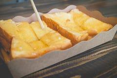 Pane del pane tostato con latte condensato zuccherato fotografie stock