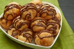 Pane delizioso con la salsa di cioccolato su un piatto Immagine Stock Libera da Diritti