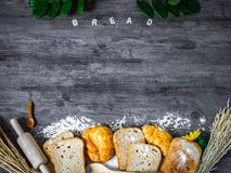Pane delizioso di recente al forno e croissant su un piano di lavoro di legno Immagine Stock