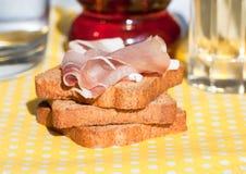 Pane della fetta con il prosciutto Fotografia Stock