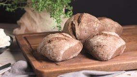 Pane della pagnotta del malto con formaggio cremoso video d archivio