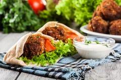 Pane della pita con il falafel e gli ortaggi freschi Fotografie Stock Libere da Diritti