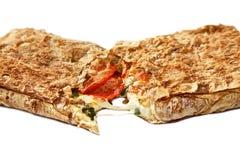 Pane della pita con la mozzarella, salame. fotografia stock