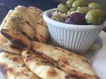 Pane della pita con le olive Fotografia Stock Libera da Diritti