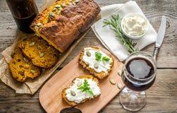 Pane della zucca con formaggio cremoso Fotografia Stock Libera da Diritti