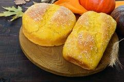Pane della zucca in un taglio su un supporto di legno Immagini Stock