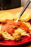 Pane delle polpette degli spaghetti e una forcella fotografia stock libera da diritti