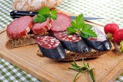 Pane dello spuntino con le salsiccie affumicate Fotografia Stock