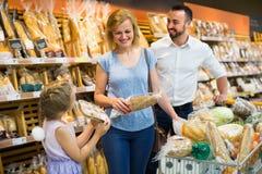 Pane di acquisto della famiglia in alimentari Immagini Stock Libere da Diritti