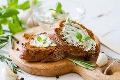 Pane di aglio con le erbe Fotografia Stock Libera da Diritti