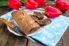 Pane di banana del cioccolato su un tovagliolo blu Immagini Stock Libere da Diritti