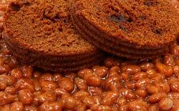 Pane di Brown sopra i fagioli cotti Fotografia Stock Libera da Diritti