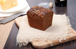 Pane di Brown con formaggio e vino Fotografia Stock Libera da Diritti