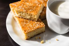 Pane di cereale casalingo con formaggio e yogurt, prima colazione sana fotografia stock libera da diritti