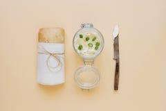 Pane di ciabatta con formaggio cremoso sui precedenti gialli, vista superiore Fotografia Stock Libera da Diritti