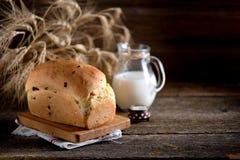 Pane di cipolla casalingo su un vecchio fondo di legno Stile rustico fotografia stock