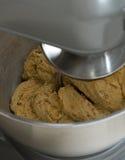 Pane di cottura - mescolare la pasta Fotografia Stock Libera da Diritti