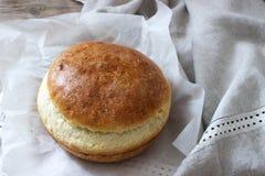 Pane di lievito casalingo fresco del grano su una tovaglia di tela Stile rustico fotografie stock libere da diritti