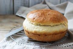 Pane di lievito casalingo fresco del grano su una tovaglia di tela Stile rustico fotografia stock libera da diritti