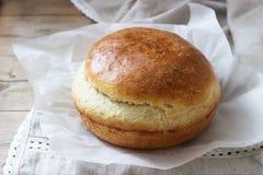 Pane di lievito casalingo fresco del grano su una tovaglia di tela Stile rustico immagine stock