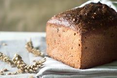 Pane di lievito naturale ed orecchie freschi e crostosi di grano sul corredo Fotografia Stock Libera da Diritti