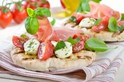 Pane di Pita con insalata ed il prosciutto Fotografie Stock