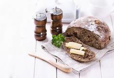 Pane di recente al forno della pannocchia della segale sopra fondo di legno bianco Fotografia Stock