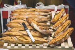 Pane di recente al forno e coltello sugli scaffali sul contatore del forno Fotografia Stock