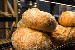 Pane di recente al forno e merci al forno sugli scaffali sul contatore del forno Immagine Stock Libera da Diritti