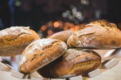 Pane di recente al forno e merci al forno sugli scaffali sul contatore del forno con bello bokeh nei precedenti Fotografie Stock Libere da Diritti