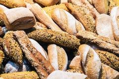 Pane di recente al forno e prodotti della panificazione sul contatore Fotografia Stock